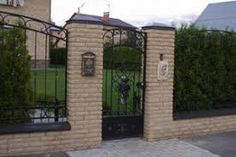 Today, the home fence not only have a protective role for the safety of the land and the function of the border symbols, but also embody an aesthetic function, to transform the appearance of any ho… Stone Masonry, Brick And Stone, Homestead Land, Home Fencing, Fencing Material, Driveway Entrance, Electric Gates, Brick Fence, Fireplace Remodel
