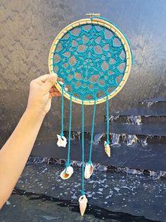Hola¡¡¡¡¡ Hoy es el día de la presentación del Reto Amistoso nº 79 y tengo muchas ganas de ver vuestros atrapasueños pero antes quier. Thread Crochet, Crochet Crafts, Sun Catchers, Dream Catcher Patterns, Dream Catcher Tutorial, Crochet Dreamcatcher, Floors And More, Woven Wall Hanging, Crochet Accessories