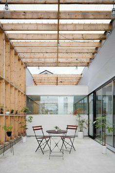 terraza moderna con techo de madera