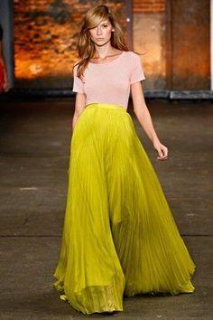 Maxi skirt Carmen de Arcos modeló una muy similar en verde ultramar.