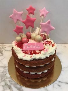 Tarta red velvet con estrellitas. Red Velvet, Cupcakes, Desserts, Food, Birthday Treats, Lolly Cake, Homemade Recipe, Candy Stations, Fondant Cakes