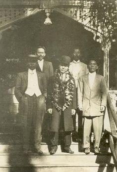 이승만 박사가 호놀룰루에 도착한 날(1913.2.3) 출영객들과 함께 찍은 사진. 가운데 하와이 레이를 걸친 이승만, 왼쪽 끝이 박용만이다. 이날 그는 부친의 부음을 들었다.