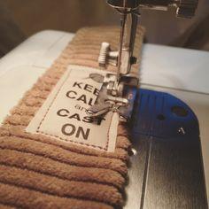 Un petit tuto rapide ... envie d'un nouveau cabas ! - DIY By Lorr35 It Cast, Diy, Messages, Crochet, Shawl, Knitted Animals, Loom Knit, Clutch Bags, Bricolage