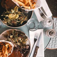 Último almoço em Paris antes de #partiu aeroporto... Sentamos numa calçada pedimos o prato do dia só queríamos comer bem e barato (sim #descomplicadas economizam sempre ) mas como qualquer lugar em Paris um simples PF tem seu charme... Oh lugar para se comer bem heim... Esse prato com sobremesa e água custou 1290 euros ou seja aproximadamente R$4000... Bom né?! Paris #descomplicada #semluxo mas #comglamour