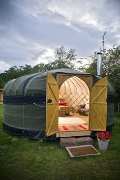 Yurt Living, Outdoor Living, Mini Chalet, Interior Natural, Yurt Home, Gnome House, Unusual Homes, Tiny House Cabin, Camping Glamping