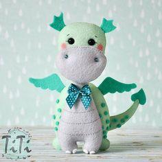 Little dragon #filc #smokzfilcu #recznierobione #rękodzieło #imienasciane #imiezfilcu #pokojdziecka #dekoracjedzieciece #felt #feltdragon #littledragon #handmade #feltnamebanner #feltartist #handmadeshop #etsyshop #feltro #handmade #craft #feltart #nurserydecor #nursery #dragon #nurseryboy #filcowysmok #titikreatywnaprzestrzen #polskierekodzielo #ręcznierobione #polishhandmade Felt Patterns, Stuffed Toys Patterns, Felt Dragon, How To Make Toys, Dinosaur Toys, Felt Decorations, Felt Fabric, Felt Toys, Felt Art