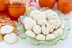 Light, airy, and fragrant Kuih Bangkit (Tapioca Cookies) are a Chinese New Year favorite in Malaysia and Singapore. Uses only 5 ingredients with detailed video instructions.(Makes cookies) Peanut Cookies, Coconut Cookies, Yummy Cookies, Cookie Desserts, Cookie Recipes, Flour Recipes, Chinese New Year Cookies, Cooking Wild Rice, Chicken And Wild Rice