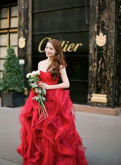 真っ赤なバラのように優美で鮮やかさと深みのあるドラマチックな赤いカラードレス。花嫁衣装・ウェディングドレスの参考一覧まとめ♪