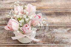 ramo-romntico-de-tulipanes-y-de-paniculata-rosados-del-gypsophilia-46637344.jpg (400×267)