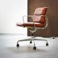 "art-of-vintage: ""(via Art of Vintage: Eames EA 208 Soft Pad Chair) "" Eames, Cool Chairs, Bar Chairs, Office Chairs, Ikea Chairs, Desk Chairs, Office Desk, Chair Design, Furniture Design"