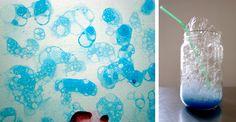 Vous devez mélanger la peinture au doigt avec du liquide vaisselle et un peu d'eau. Souffler dans une paille pour faire des bulles. Avec une cuillère, vous pouvez les mettre sur un papier et d'attendre qu'ils sèchent.