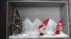 Oude dienblad. AAn achterkant. Kleine gaatjes geboord. Geschilderd. Binnenkant lijm in gespoten in vorm van bergen. De rest wel afdekken. Figuren er in geplaatst met lijmpistool vast gezet. Onderkant ook met sneeuw. Lichtjes aan de achterzijde en klaar voor de kerst