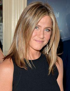 Avec ça, elle a très peu besoin d'artifices : des boucles d'oreilles pendantes... - Jennifer Aniston dévoile sa poitrine à Toronto - Voici
