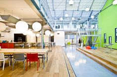 #Office #Tuesday - Greetz Amsterdam. Het kantoor van Greetz is gevestigd op bedrijventerrein in het Amstel Business Park. Het industriële terrein staat in contrast met het vrolijke en vooral #groen gekleurde #interieur.