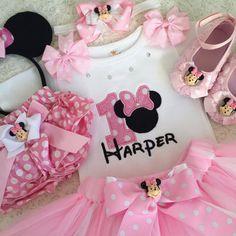Traje de Minnie Mouse cumpleaños inspirado Precio fijo incluyen superior (número, nombre, diseño) y la falda que empareja. ¡Obtener coincidencia de cinta o arco gratis!!!! Otras piezas no están incluidos en este precio. A completa tu look agrega otros elementos coincidentes, los