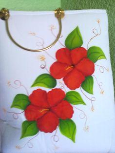 Bolsa con flores rojas pintadas a mano.