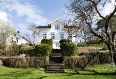 EN KLASSIKER: Det 120 år gamle huset ligger rett ved havet på Tværdalsøy på Sørlandet.Det er et klassisk skipperhus. Den ærverdige hagen er på to mål, med frukttrær, buksbom, lavendel, roser og en 150 år gammel peon. Mansions, House Styles, Home Decor, Lavender, Decoration Home, Manor Houses, Room Decor, Villas, Mansion