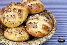 Recept na bramborové housky vč. bezlepkové varianty. Jeden z našich nejpovedenějších receptů na slané pečivo. Brambora dodá bezlepkové variantě potřebnou vlhkost, proto housky vydrží výborné i tři dny. Slovak Recipes, Czech Recipes, Italian Recipes, Gluten Free Recipes, Bread Recipes, Cooking Recipes, Sweet Pastries, Bread And Pastries, Recipe Mix
