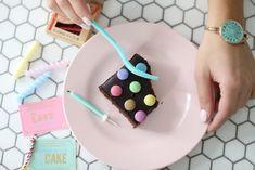Marengs kake i langpanne med vanilje-karamell-bananer - Passion For baking Sheet Cake Pan, Meringue Frosting, Natural Yogurt, Chocolate Glaze, Cake Cover, Take The Cake, Vanilla Sugar, Favorite Candy, Unsweetened Cocoa