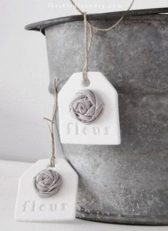 小さめのお花を接着剤でワンポイントにどうぞ。