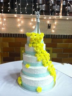 Blue and white wedding cake with yellow roses