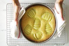 Diesen Apfelkuchen solltest du probiert haben  Apfelkuchen gibt es natürlich viele da draußen. Wer backt der kennt sich aus. Doch: hast du dir nicht auch schon mal einen Apfelkuchen gewünscht, der wirklich würzig und saftig schmeckt? Wo findet man den nur? Also wir sind von diesem Rezept hier begeistert und wollten es gerne mit euch teilen. Denn: dieser Kuchen hat noch einen ganz besonderen frischen Twist.