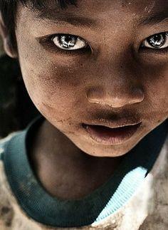 Su mirada es toda una historia que te sacude.