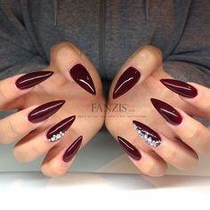 ногти миндальной формы красные со стразами Almond shape nails
