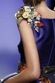 Además de las aplicaciones en pedrería, las flores le darán un toque ultra femenino y chic a tu look. Couture Details, Fashion Details, Look Fashion, Diy Fashion, Fashion Dresses, Womens Fashion, Fashion Design, Couture Embroidery, Embroidery Fashion