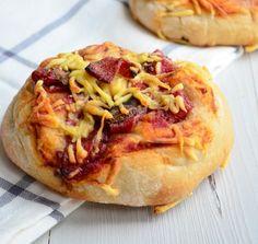 Dit is mijn favoriete recept voor pizza broodjes met salami en champignons en kaas. Maar je kan ze garneren met alles wat je lekker vindt.