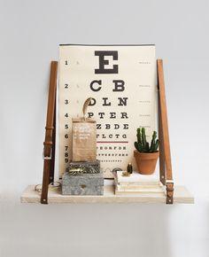 Wil je een leuke, maar geen standaard boekenplank aan de muur? Maak dan deze leuke boekenplank met oude riemen als muursteun! Boekenplank maken.   Flairathome.nl #zelfmakenmetFlair #DIY #FlairNL