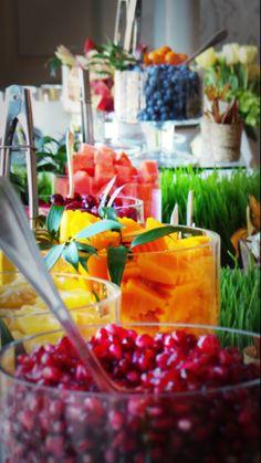 Brunch Buffet and Food Inspiration a pretty fruit buffet for a brunch, shower, or outdoor party – photo for inspiration Smoothie Bar, New Fruit, Fresh Fruit, Fresh Herbs, Kids Fruit, Colorful Fruit, Fruit Buffet, Baked Potato Bar, Graduation Party Foods