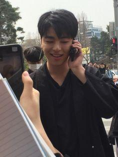 """180327 donghyuk,June and chanwoo today at Hongdae """"they are give free HUG""""😭😭😭😭😭😭so lucky. Hip Hop, Yg Entertainment, Bobby, Ikon Member, Koo Jun Hoe, Ikon Debut, Hongdae, Kim Hanbin, Free Hugs"""