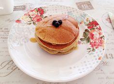 Una ricetta semplicissima e con pochissimi ingredienti.Deliziosi pancake senza farina, zucchero o latticini.Ideali per la prima colazione o il brunch.