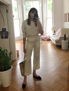 """9 """"Boring"""" Accessory Trends Diehard Minimalists Wear Every Single Day Boring Accessory Trends: Lizzie Hadfield wears a pair of ballerina pumps Looks Style, Looks Cool, Mode Outfits, Fashion Outfits, Fashion Tips, Fashion Trends, Fashion Bloggers, Runway Fashion, Travel Fashion"""