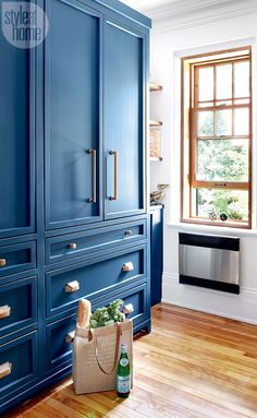 This Parisian bistro-inspired kitchen in Montreal designed by Philippe Côté is absolutely chic! The vibrant jewel-toned blue cabinetry wi...