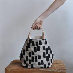 Questa tote bella e semplice scatola è abbastanza grande da portare in giro e fa anche un buon progetto di borsa la borsa può essere lasciata aperta o è possibile utilizzare la cravatta di cuoio di cinch ai lati, che funziona anche come chiusura la tote di scatola fatta con il nostro disegno originale stampato con nero senza solventi in. TESSUTO INFO: esterno 100% lino - colore di farina davena fodera 100% tela di cotone organico DIMENSIONI CIRCA: H 9.5 x 8.5 x W D 8,5 pollici (24,13 X 20...
