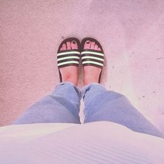 Cool and simply summer style - @lilyburford has this down in the Adidas Adilette slides