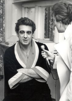 Tenor Placido Domingo in an interview, February 1982. (swissinfo archive)