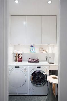 Denna vita tvättstuga är både enkel och praktisk. Man har fokuserat på det viktigaste såsom tvättmaskin och tumlare, men istället…