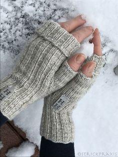 """Das neue Jahr ist mal gerade einen Monat alt und schon hat Frau H. was gestrickt? Das kam so: Meine Freundin Heidi lädt zum Geburtstag ein und fragt:""""Strickst du noch?"""" Ich:""""Nei… autour du tissu déco enfant paques bébé déco mariage diy et crochet Fingerless Gloves Knitted, Knit Mittens, Knitting Socks, Baby Knitting, The Mitten, Knitting Stitches, Knitting Patterns, Crochet Patterns, Tricot Simple"""