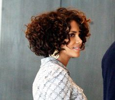 This is the hair style and length I want for the summer!!! Oh, I know you're seeing Halle's face..forget that..concentrate on the hair-do (lol)