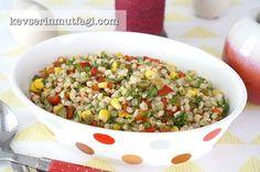 Buğday Salatası Tarifi - Malzemeler : 1 su bardağı buğday, 1 su bardağı haşlanmış mısır, 3-4 tane kornişon turşu, İsteğe bağlı havuç turşusu, 1 adet közlenmiş kırmızı biber, Kıyılmış yeşillik, Yarım limonun suyu, Zeytinyağ, Tuz.