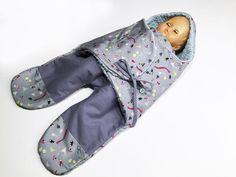 eBook+für+einen+Baby-Einschlaganzug+mit+Schnittmuster.+Mit+dieser+Babyeinschlagdecke+mit+Beinen+kannst+Du+Dein+Baby+schnell,+einfach+und+kuschelig+warm+anziehen+und+transportieren.+Durch+die+Beinteile+lässt+sich+das+Kind+auch+in+der+Babyschale+anschnallen.+Es+eigenen+sich+warme+und+atmungsaktive+Stoffe+wie+Teddyplüsch+und+Popeline+und+Baumwolle.+Die+hier+verwendeten+Stoffe+sind+von+C.+Pauli…