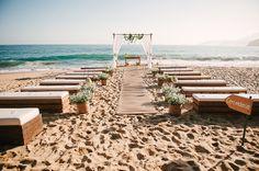 Cerimônia de casamento na praia com recamiers e decoração branca. Foto: Gustavo Gaiote
