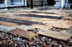 足元を彩るアンティークレンガ敷と擬木の小道
