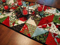 love this Christmas table rnner Christmas Patchwork, Christmas Fabric, Christmas Items, Christmas Crafts, Christmas Quilting, Table Runner And Placemats, Table Runner Pattern, Quilted Table Runners, Table Runner Christmas