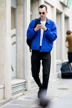 青スイングトップ×白Tシャツ×黒パンツ×黒クリッパーシューズ