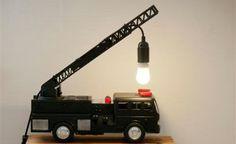 Indretnings idé til børneværelset. Lav din egen bordlampe ud af en gammel brandbil. Fed gør det selv idé til seje drenge.