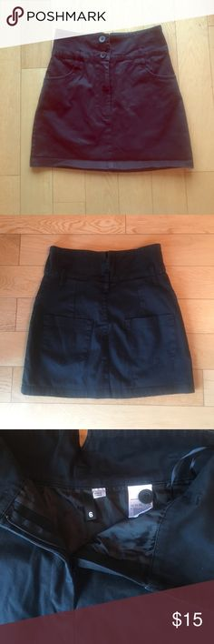 H&M stretch denim style mini skirt Black mini skirt is a great way to rock the denim mini and 90s trend. Stretch in fabric for comfort and flattering fit. Back pockets. 3 buttons above hidden zipper in front. Belt loops and front pockets. Size 6 in H&M fits like a small H&M Skirts Mini